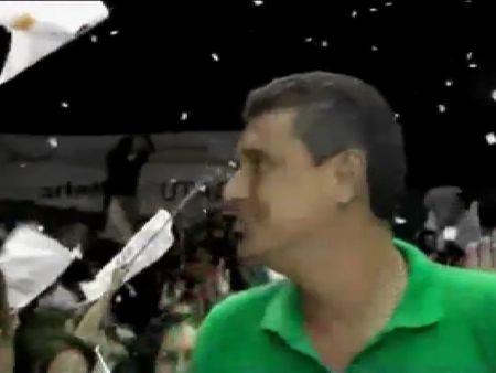 Batalla de sillas durante un acto político en Bolivia