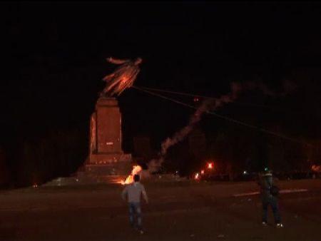 Cientos de personas participan en el derribo de la gran estatua del exlíder soviético Lenin