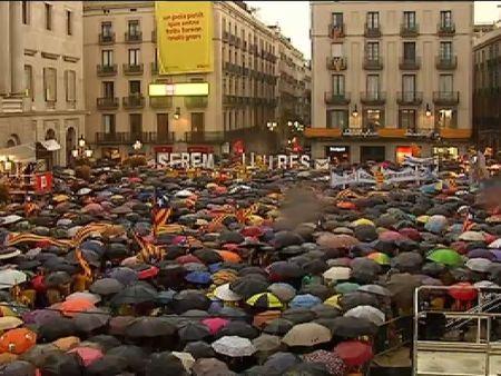 Manifestaciones ante los Ayuntamientos catalanes en defensa de la consulta