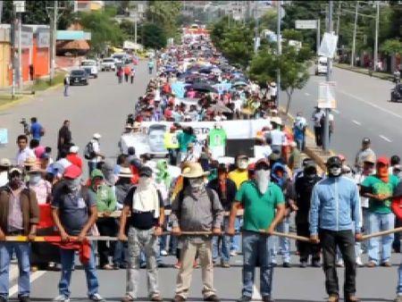 Saqueos y destrozos en el ayuntamiento de Iguala como protesta por la desaparición de 43 estudiantes