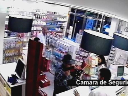 Un atracador es ignorado por los farmacéuticos y clientes de una farmacia en Sevilla