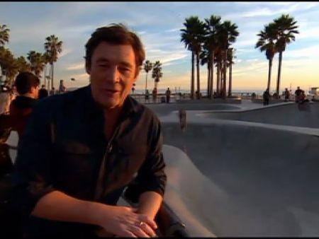 Un reportero se lleva un buen golpe de un skate