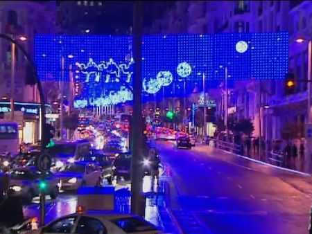 Madrid desprende espíritu navideño con su decoración luminosa